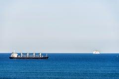 Σκάφος βυτιοφόρων και μια κρουαζιέρα Στοκ εικόνες με δικαίωμα ελεύθερης χρήσης