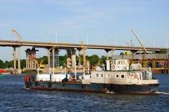 Σκάφος, γέφυρα και κατασκευή Στοκ φωτογραφίες με δικαίωμα ελεύθερης χρήσης