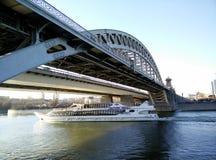 σκάφος γεφυρών κάτω Στοκ εικόνες με δικαίωμα ελεύθερης χρήσης