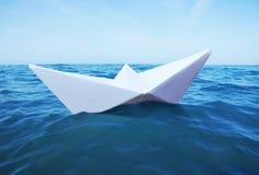 Σκάφος εγγράφου παιχνιδιών στη θάλασσα Στοκ εικόνα με δικαίωμα ελεύθερης χρήσης