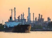 Σκάφος εμπορευματοκιβωτίων αερίου πετρελαίου και βιομηχανία εγκαταστάσεων διυλιστηρίων πετρελαίου est Στοκ εικόνες με δικαίωμα ελεύθερης χρήσης