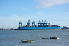 Σκάφος εμπορευματοκιβωτίων γραμμών Maersk στο λιμένα σε Flexistowe Στοκ Φωτογραφία