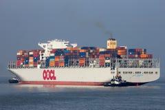 Σκάφος εμπορευματοκιβωτίων που αφήνει το λιμένα της Αμβέρσας Στοκ Εικόνες