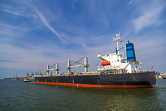 Σκάφος εμπορευματοκιβωτίων που αφήνει το τερματικό εμπορευματοκιβωτίων στο λιμένα της Αμβέρσας Στοκ εικόνες με δικαίωμα ελεύθερης χρήσης