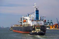 Σκάφος εμπορευματοκιβωτίων που αφήνει το τερματικό εμπορευματοκιβωτίων στο λιμένα της Αμβέρσας Στοκ Φωτογραφία