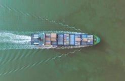 Σκάφος εμπορευματοκιβωτίων στην εξαγωγή και την επιχείρηση και τις διοικητικές μέριμνες εισαγωγών Σκάφος Στοκ εικόνα με δικαίωμα ελεύθερης χρήσης