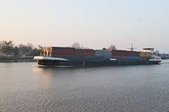 Σκάφος εμπορευματοκιβωτίων στον ποταμό Hollandse IJssen στο κρησφύγετο IJ Capelle aan στοκ φωτογραφία με δικαίωμα ελεύθερης χρήσης