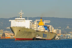 Σκάφος εμπορευματοκιβωτίων στο λιμάνι του Όουκλαντ Στοκ Εικόνες