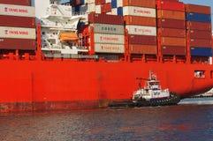 Σκάφος εμπορευματοκιβωτίων στο λιμάνι του Όουκλαντ Στοκ φωτογραφίες με δικαίωμα ελεύθερης χρήσης