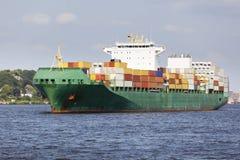 Σκάφος εμπορευματοκιβωτίων στο Elbe στο Αμβούργο, Γερμανία Στοκ φωτογραφίες με δικαίωμα ελεύθερης χρήσης