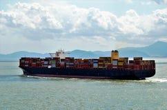 Σκάφος εμπορευματοκιβωτίων φορτίου που πλέει κοντά στην κινεζική ακτή στοκ φωτογραφία