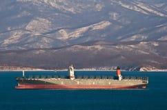 Σκάφος εμπορευματοκιβωτίων Cautin που στέκεται στους δρόμους στην άγκυρα Κόλπος Nakhodka Ανατολική (Ιαπωνία) θάλασσα 21 12 2014 Στοκ φωτογραφία με δικαίωμα ελεύθερης χρήσης