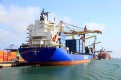 Σκάφος εμπορευματοκιβωτίων Cincia Α που ελλιμενίζεται στο τερματικό εμπορευματοκιβωτίων Στοκ Φωτογραφία