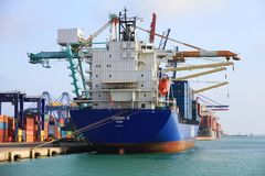 Σκάφος εμπορευματοκιβωτίων Cincia Α που ελλιμενίζεται στο τερματικό εμπορευματοκιβωτίων Στοκ Εικόνες