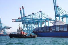 Σκάφος εμπορευματοκιβωτίων Maersk Ντένβερ που λειτουργεί με τους γερανούς εμπορευματοκιβωτίων Στοκ Εικόνες