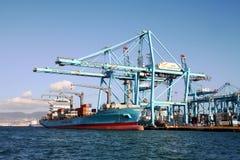 Σκάφος εμπορευματοκιβωτίων Maersk Νόρθαμπτον που λειτουργεί με τους γερανούς εμπορευματοκιβωτίων Στοκ εικόνα με δικαίωμα ελεύθερης χρήσης