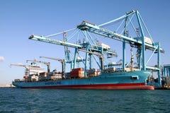 Σκάφος εμπορευματοκιβωτίων Maersk Νόρθαμπτον που λειτουργεί με τους γερανούς εμπορευματοκιβωτίων Στοκ φωτογραφία με δικαίωμα ελεύθερης χρήσης