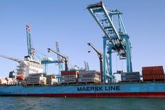 Σκάφος εμπορευματοκιβωτίων Maersk Νόρθαμπτον που λειτουργεί με τους γερανούς εμπορευματοκιβωτίων Στοκ Φωτογραφία