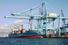 Σκάφος εμπορευματοκιβωτίων Maersk Νόρθαμπτον που λειτουργεί με τους γερανούς εμπορευματοκιβωτίων Στοκ Εικόνες