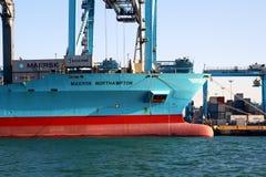 Σκάφος εμπορευματοκιβωτίων Maersk Νόρθαμπτον που λειτουργεί με τους γερανούς εμπορευματοκιβωτίων Στοκ Φωτογραφίες