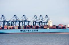 Σκάφος εμπορευματοκιβωτίων Maersk στο λιμένα Flexistowe με τους γερανούς Στοκ Φωτογραφίες