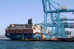 Σκάφος εμπορευματοκιβωτίων Maersk Sarat που λειτουργεί με τους γερανούς εμπορευματοκιβωτίων Στοκ Εικόνες