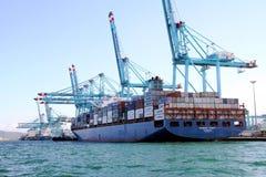 Σκάφος εμπορευματοκιβωτίων Maersk Sarat που λειτουργεί με τους γερανούς εμπορευματοκιβωτίων Στοκ εικόνες με δικαίωμα ελεύθερης χρήσης