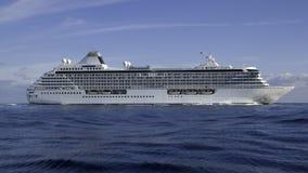 σκάφος ηρεμίας κρυστάλλου κρουαζιέρας Στοκ εικόνα με δικαίωμα ελεύθερης χρήσης