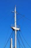 Σκάφος ιστών ενάντια του μπλε ουρανού Στοκ φωτογραφία με δικαίωμα ελεύθερης χρήσης