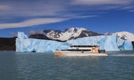 Σκάφος και ένα παγόβουνο Στοκ Φωτογραφίες