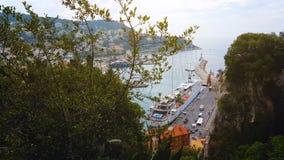 Σκάφος και γιοτ στη μαρίνα της Νίκαιας, πράσινα δέντρα στο λόφο, όμορφη εικονική παράσταση πόλης, Γαλλία φιλμ μικρού μήκους