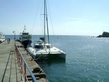 Σκάφος και γιοτ στο αγκυροβόλιο θάλασσας Στοκ Εικόνες