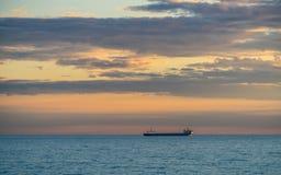 Σκάφος και νεφελώδης ουρανός στο ηλιοβασίλεμα πέρα από τη θάλασσα Στοκ φωτογραφία με δικαίωμα ελεύθερης χρήσης