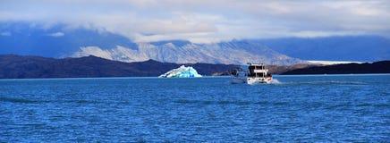Σκάφος και παγόβουνο σε μια ηλιόλουστη ημέρα Στοκ εικόνα με δικαίωμα ελεύθερης χρήσης