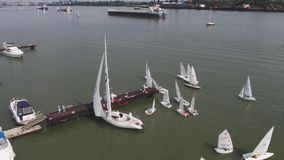 Σκάφος και sailboat βυτιοφόρων στον ποταμό εναέρια όψη Sailboats και ένα βυτιοφόρο φιλμ μικρού μήκους