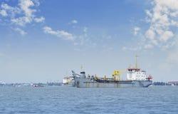 Σκάφος κατασκευής με το γερανό στη θάλασσα Στοκ φωτογραφία με δικαίωμα ελεύθερης χρήσης