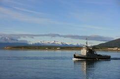 Σκάφος κοντά στα βουνά χιονιού Στοκ Εικόνες