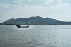 Σκάφος μεταξύ των βουνών στοκ εικόνα