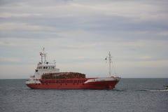 Σκάφος μεταφορών με το ξύλο, στοκ εικόνες