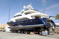 Σκάφος μηχανών στη δεξαμενή καθαρισμού που προετοιμάζεται για τη συντήρηση στοκ φωτογραφίες με δικαίωμα ελεύθερης χρήσης