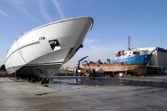 Σκάφος μηχανών στη δεξαμενή καθαρισμού που προετοιμάζεται για τη συντήρηση στοκ φωτογραφίες