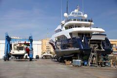 Σκάφος μηχανών στη δεξαμενή καθαρισμού που προετοιμάζεται για τη συντήρηση στοκ εικόνες με δικαίωμα ελεύθερης χρήσης