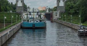 Σκάφος μπροστά από την πύλη του καναλιού της Μόσχας φραχτών στη Μόσχα, Ρωσία Χρονικό σφάλμα 25/7/2016 απόθεμα βίντεο