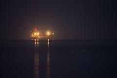 Σκάφος νύχτας στη θάλασσα Στοκ Φωτογραφίες