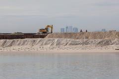 Σκάφος ξαναγεμίσματος άμμου στην ακτή για την αποκατάσταση εδάφους στοκ εικόνα με δικαίωμα ελεύθερης χρήσης