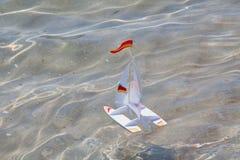 Σκάφος παιχνιδιών σε μια θάλασσα Στοκ Εικόνα