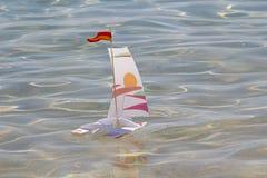 Σκάφος παιχνιδιών σε μια θάλασσα Στοκ φωτογραφίες με δικαίωμα ελεύθερης χρήσης