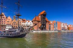 Σκάφος πειρατών και ιστορικός γερανός λιμένων στον ποταμό Motlawa Στοκ φωτογραφία με δικαίωμα ελεύθερης χρήσης