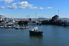 Σκάφος πειρατών σε μια αποβάθρα στο λιμάνι του Πλύμουθ Στοκ φωτογραφία με δικαίωμα ελεύθερης χρήσης