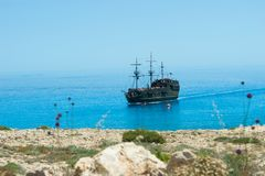 Σκάφος πειρατών στη θάλασσα Μπροστινή όψη Στοκ Εικόνες